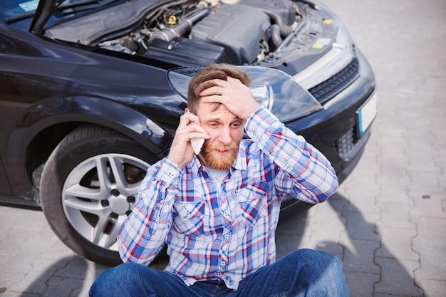 Man met een probleem met zijn auto