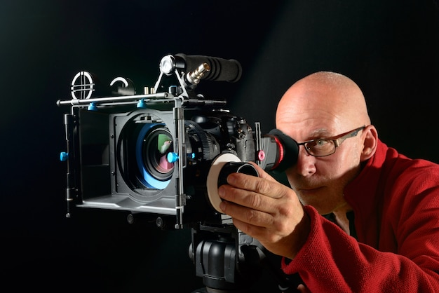 Man met een professionele filmcamera