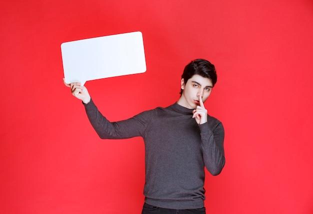Man met een rechthoekig ideeënbord en vraagt om stilte
