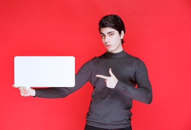 Man met een rechthoekig ideeënbord en wijst naar deelnemers