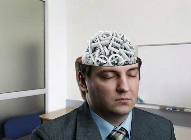 Man met een reeks letters in zijn hersenen op kantoor