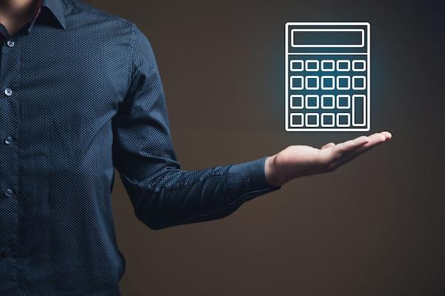 Man met een rekenmachinepictogram in zijn hand