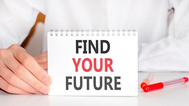Man met een rode stift en een wit papieren tablet met de tekst find your future in rode en zwarte letters.