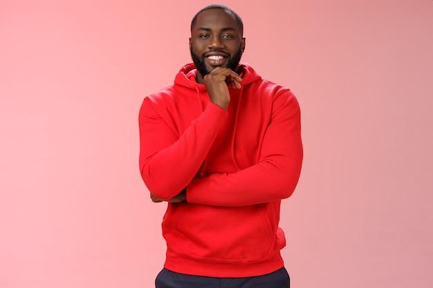 Man met een rood sweatshirt over roze
