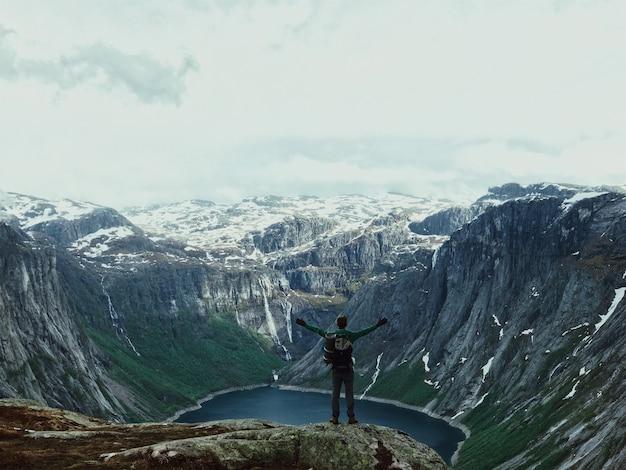 Man met een rugzak bewondert prachtig berglandschap