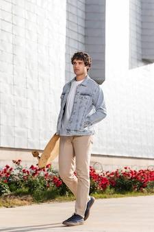 Man met een skateboard buitenshuis