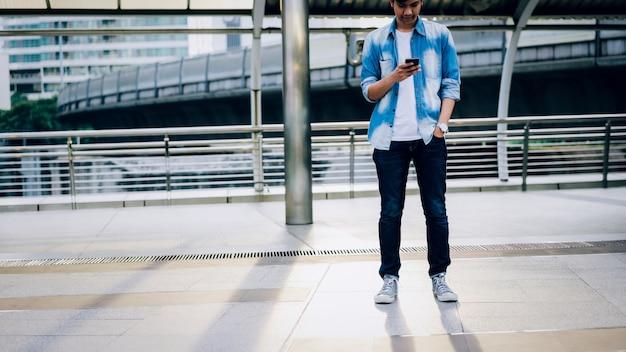 Man met een smartphone. met behulp van mobiele telefoon op levensstijl. technologie voor communicatieconcept.