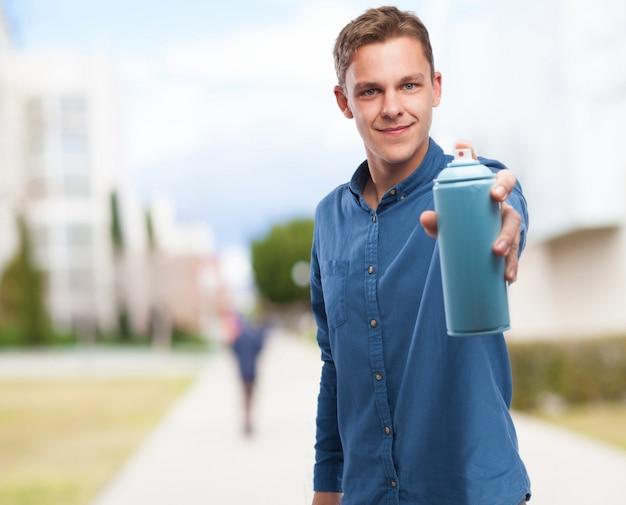 Man met een spray kan in een hand