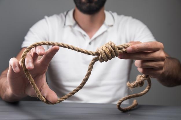 Man met een strop. zelfmoord concept.