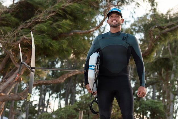 Man met een surfplank buitenshuis