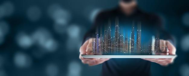 Man met een tablet met een holografisch gebouw