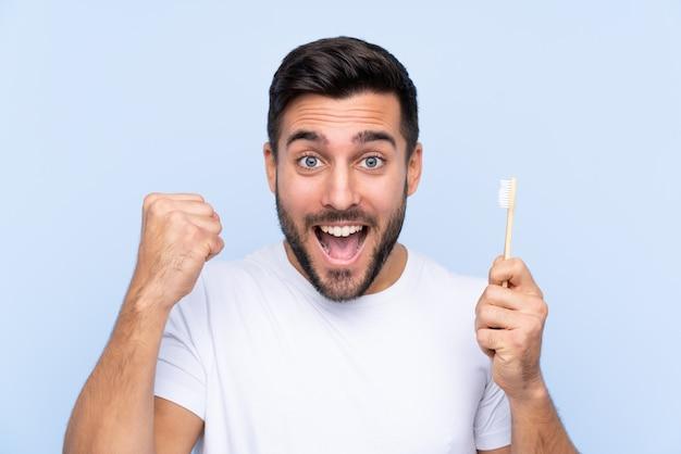 Man met een tandenborstel