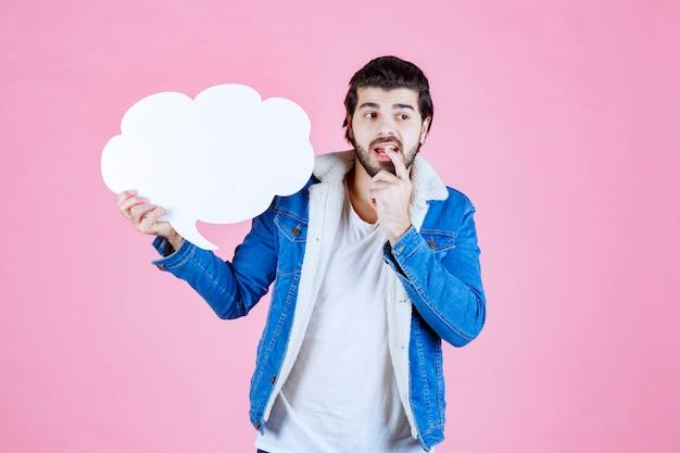 Man met een tekstballon in de vorm van een wolk ziet er attent en ontevreden uit.