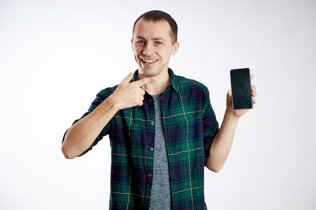 Man met een telefoon in zijn hand