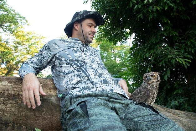 Man met een uil bubo virginianus