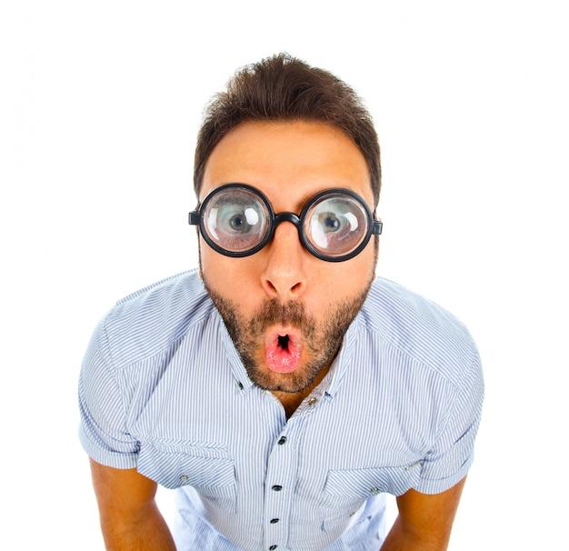 Man met een verbaasde uitdrukking en een dikke bril.