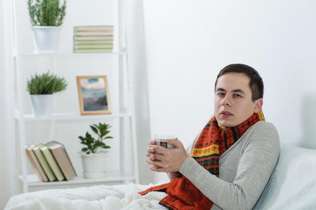 Man met een verkoudheid thuis