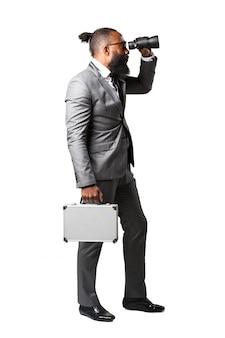 Man met een verrekijker en een koffer