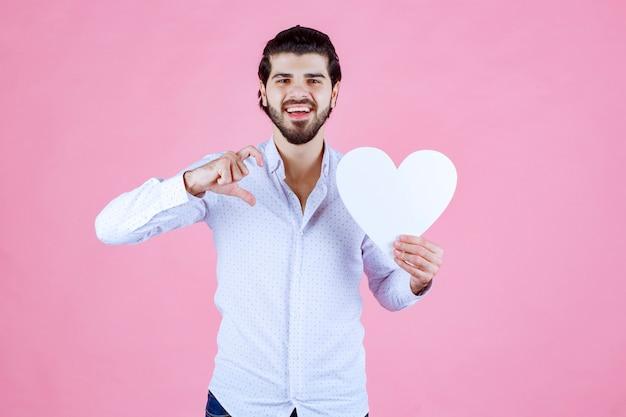 Man met een wit leeg hartcijfer.