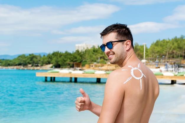 Man met een zonnecrème