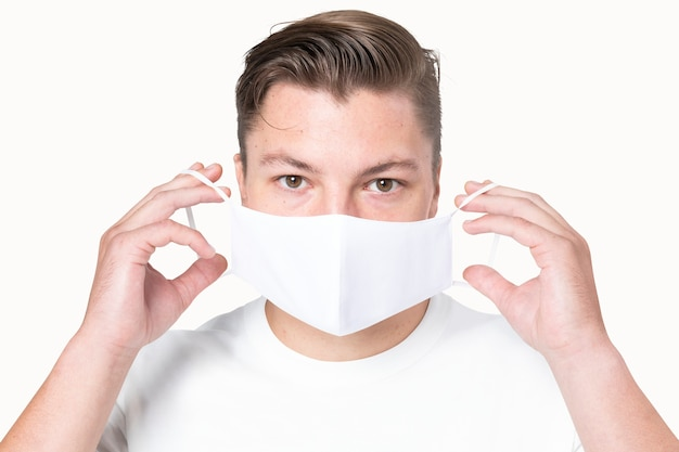 Man met eenvoudig wit masker voor covid-19-beschermingscampagne
