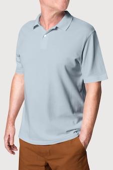 Man met eenvoudige grijze poloshirtkleding