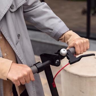 Man met elektrische scooter bij het handvat
