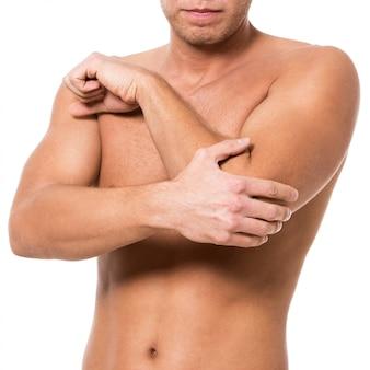 Man met elleboogpijn