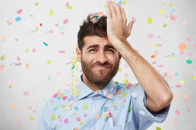 Man met feestmuts en confetti