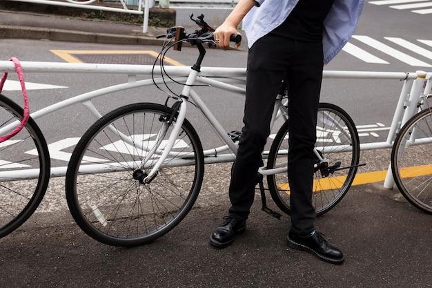 Man met fiets in de stad