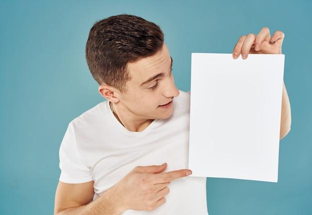 Man met flyer in de hand en mockup blauwe achtergrond bijgesneden weergave