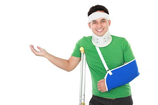 Man met gebroken arm en kruk presenteren
