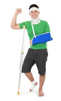 Man met gebroken arm en kruk