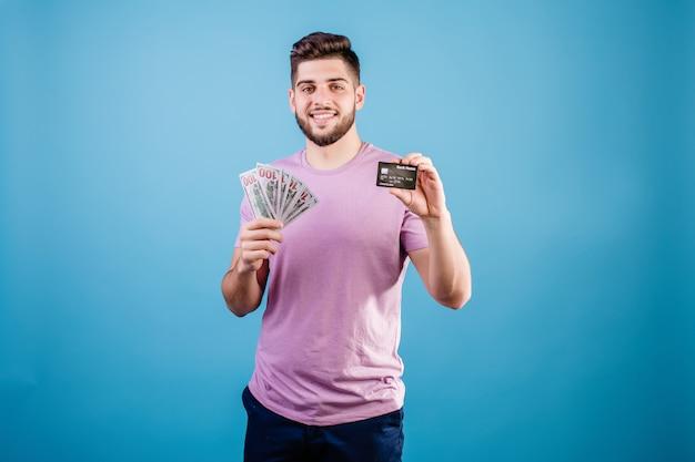 Man met geld en creditcard op blauw