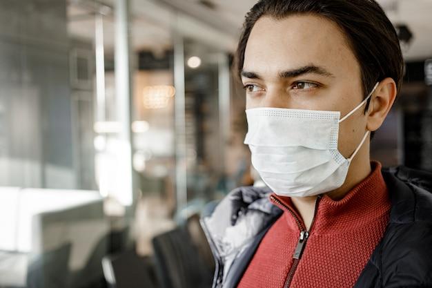 Man met geneeskunde beschermend masker in mall