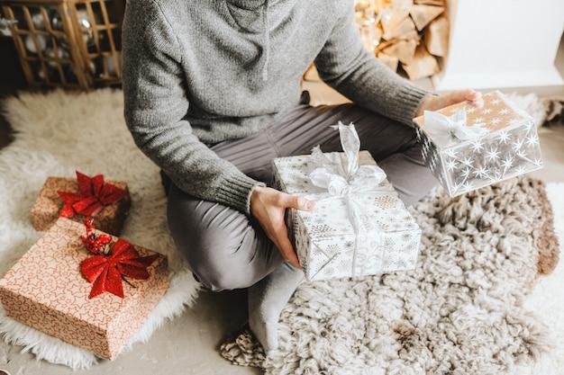 Man met geschenken thuis voor kerstmis