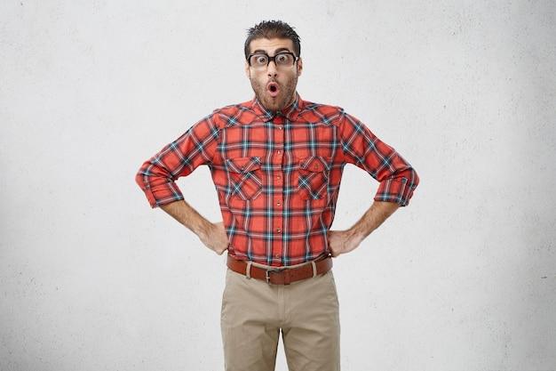 Man met gestreept shirt en bril