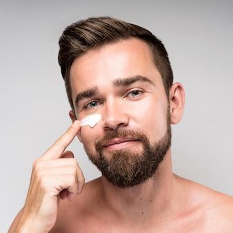 Man met gezichtscrème