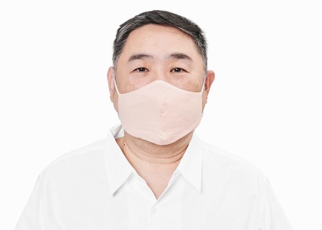 Man met gezichtsmasker vanwege covid-19-bescherming
