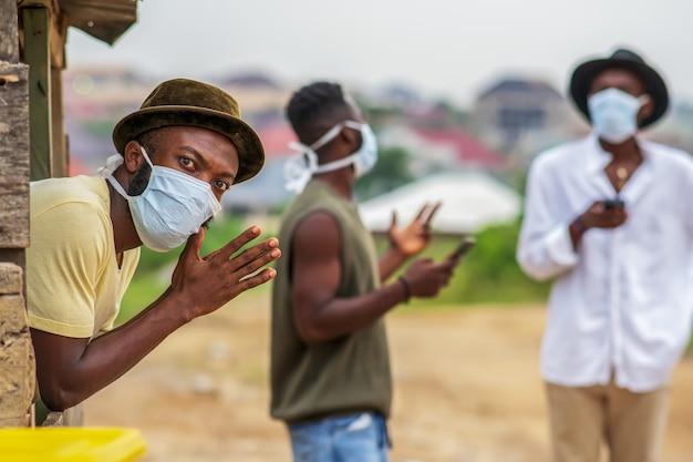 Man met gezichtsmasker voor bescherming, sociale afstand beoefenen