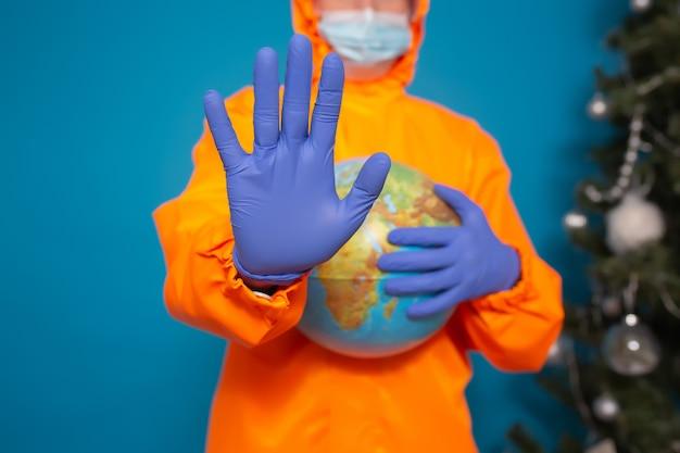 Man met globe en tonen met hand stopbord