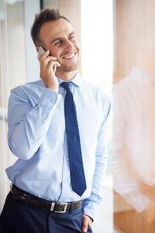Man met goed gesprek via mobiele telefoon