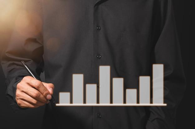 Man met grafiek van bedrijfsgroei staafdiagram