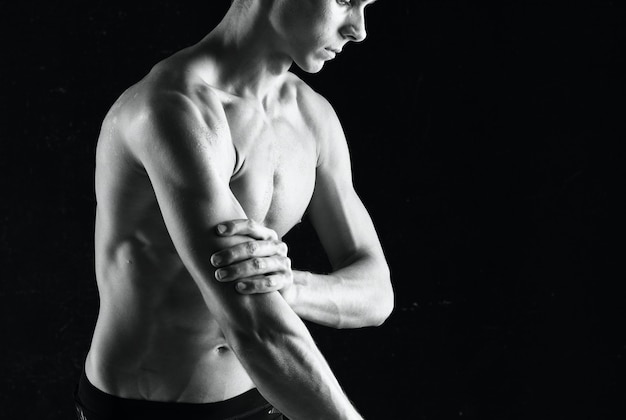 Man met halters in handen die spieroefeningen oppompen