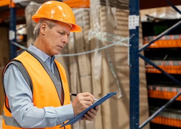 Man met helm logistiek werken