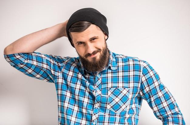 Man met hoed houdt zijn hoofd vast