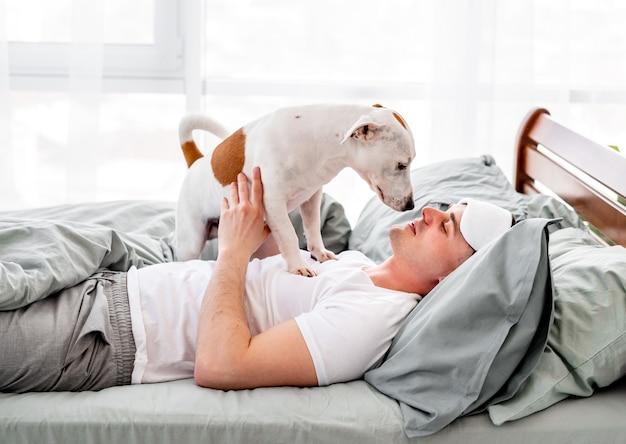 Man met hond in bed