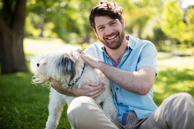 Man met hond in park