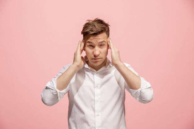 Man met hoofdpijn. geïsoleerd over roze