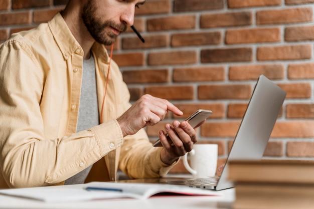 Man met hoofdtelefoon met video-oproep op laptop